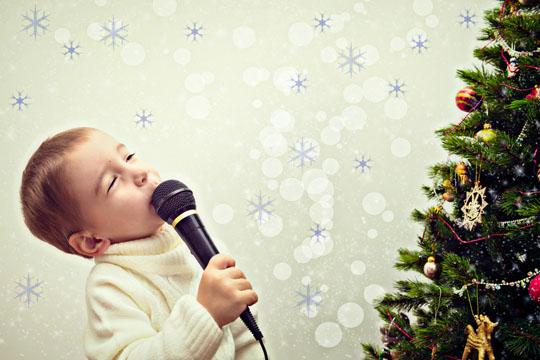 Junge singt inbrüstig
